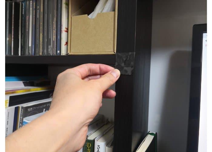 デスクに魔法のテープを貼る様子15