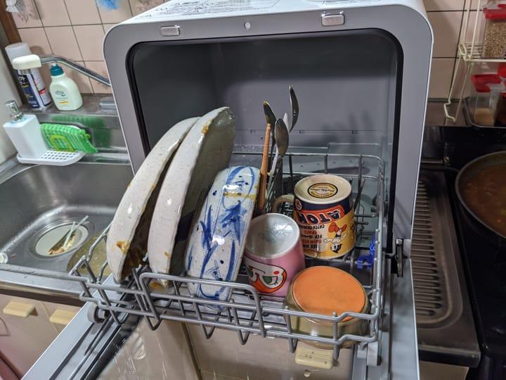 アイリスオーヤマKISHT-5000-Wに食器を入れた様子