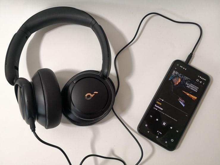 Soundcore Life Q30を有線接続で視聴する様子