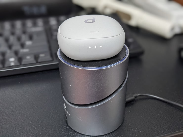 Soundcore Liberty Air 2 Proをワイヤレス充電する様子