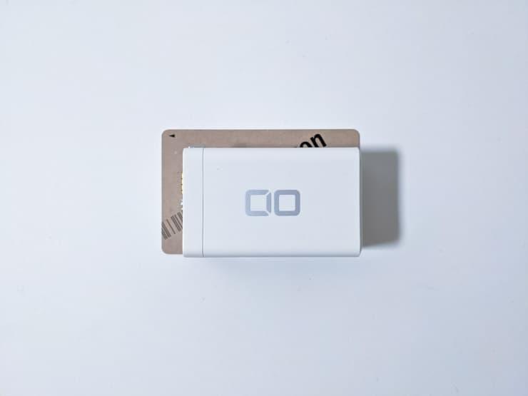 クレジットカードよりも小さいCIOの充電器LilNob