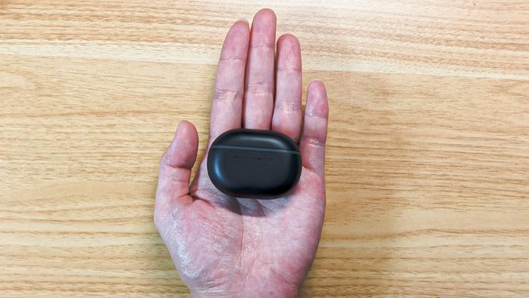 SOUNDPEATS Miniのケースは手のひらにもすっぽり収まる小ささ