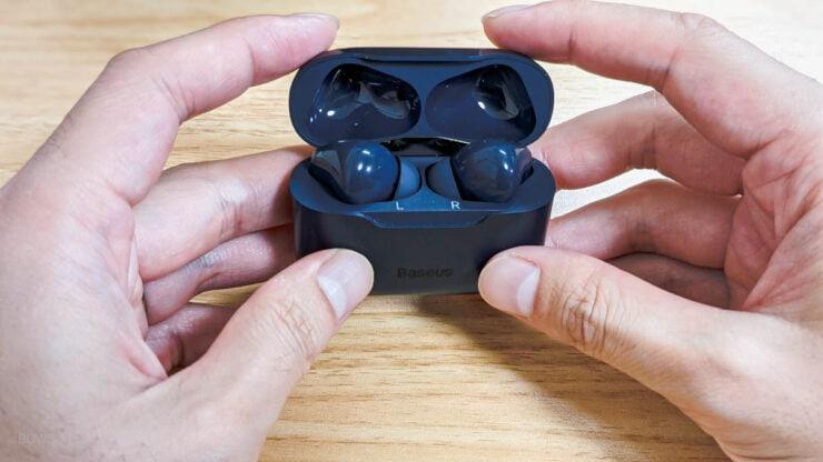 Qiワイヤレス充電に対応したケースと小型のイヤホン